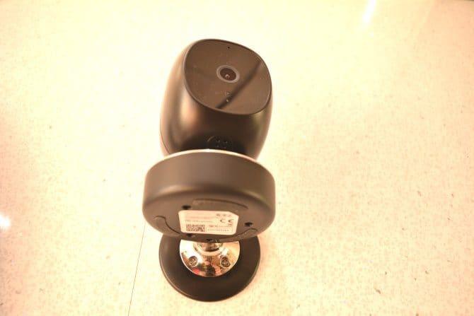 La SimCam 1S se puede montar en una pared con tornillos o adhesivo