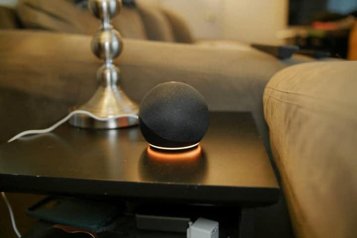 Amazon Echo Dot (4.a generación) en la mesa