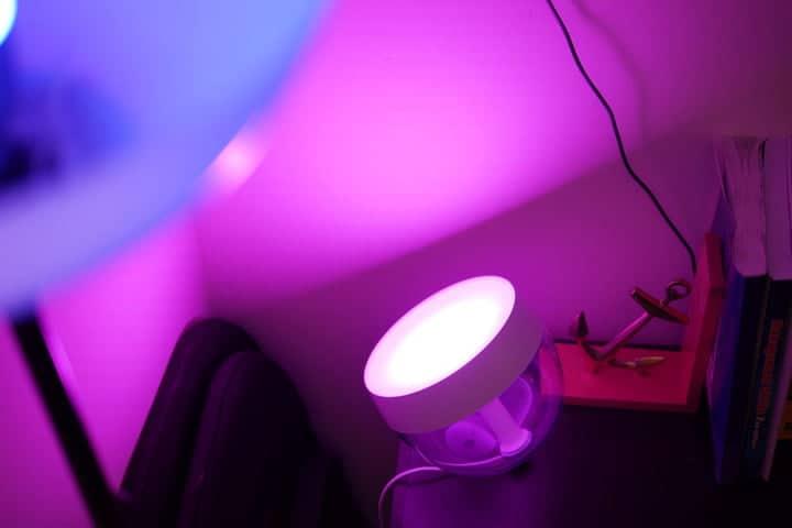 Lámpara de mesa Philips Hue Iris rosa